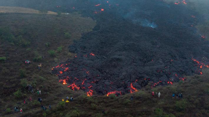 과테말라 파카야 화산의 멈추지 않는 용암…인근 마을 위협