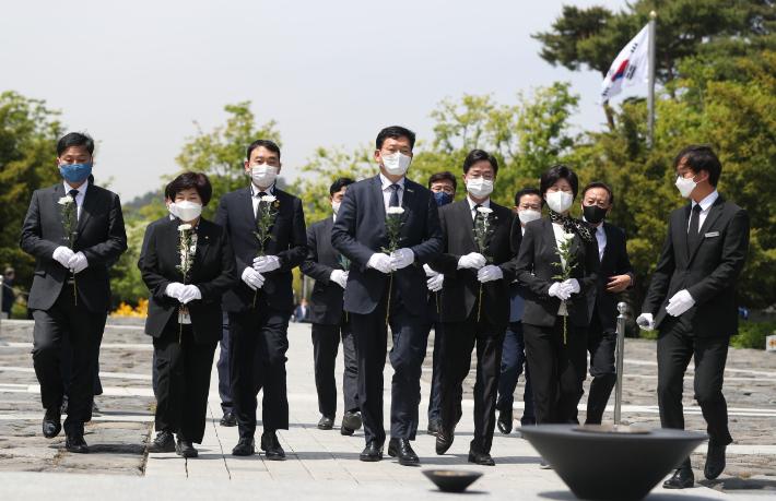 """봉하 찾은 與 지도부…""""살아있는 민주당으로 발전시킬 것"""""""