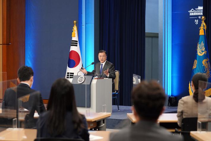 """[노컷브이]문 대통령 """"북핵·일본규제·코로나 위기 극복, 모두 국민의 성과"""""""