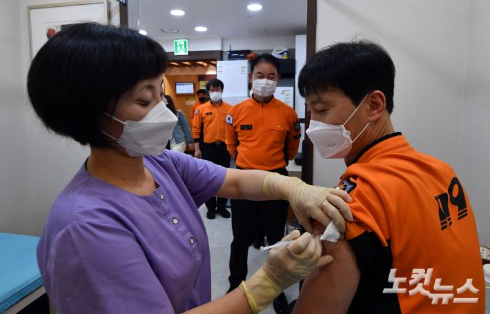 백신 접종율 소방90%·해경79%·경찰71%…집단면역 기준 넘어