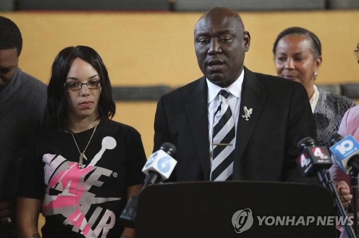 미 경찰에 총격에 사망한 흑인 유족에 113억원 배상