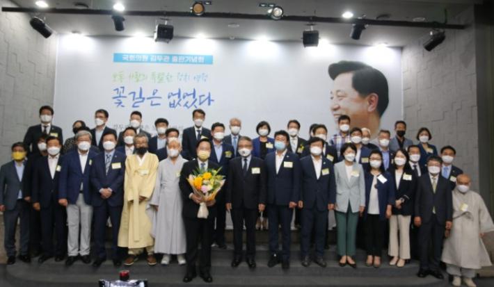 더불어민주당 대권 주자인 김두관 의원이 14일 부산에서 출판기념회를 열었다. 김두관 의원실 제공