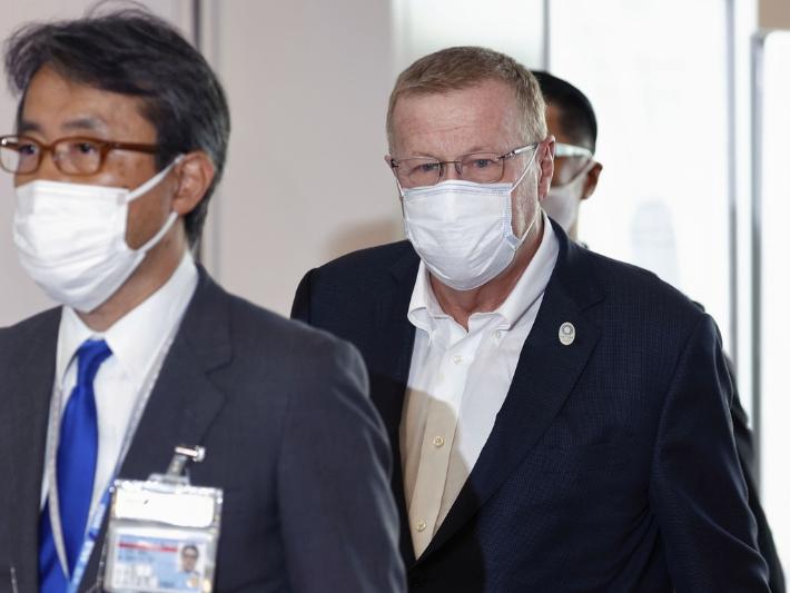 다음 달 23일 개막하는 도쿄올림픽 준비 상황을 감독하는 존 코츠 국제올림픽위원회(IOC) 조정위원장(오른쪽)이 15일 오전 하네다(羽田)공항을 통해 일본을 방문했다. 연합뉴스