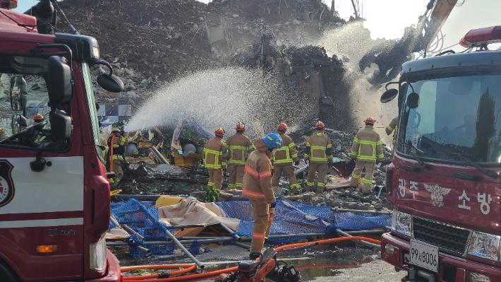'광주 건물 붕괴' 경찰, 14명 입건·3명 영장 신청 등 수사에 속도 목록 이미지