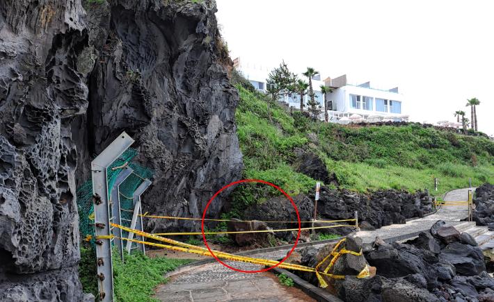 '관광명소' 제주 한담해변 절벽 2t 바위 낙석 '아찔'