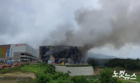 검은 연기 치솟는 쿠팡 덕평물류센터