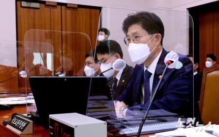 국토위, 의원 질의받는 노형욱 국토교통부 장관