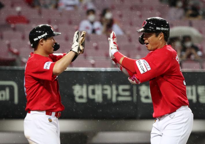 대포 군단 SSG, 프로야구 역대 3호 4타자 연속 홈런 진기록