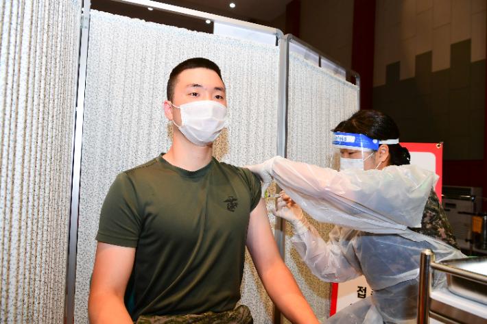 예방접종 마치면 軍 면회도 가능…7월부터 새 방역지침
