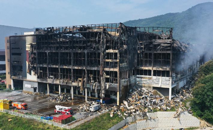 '130시간'만에 쿠팡물류센터 완전 진화…건물 뼈대만 앙상
