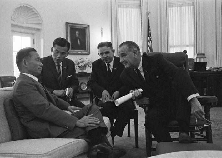 1965년 5월 17일 박정희 대통령(왼쪽)이 린든 대통령과 백악관에서 환담하고 있다. 출처:The Lyndon B Johnson Presidential Library, Austin, Texas.(LBJ도서관)