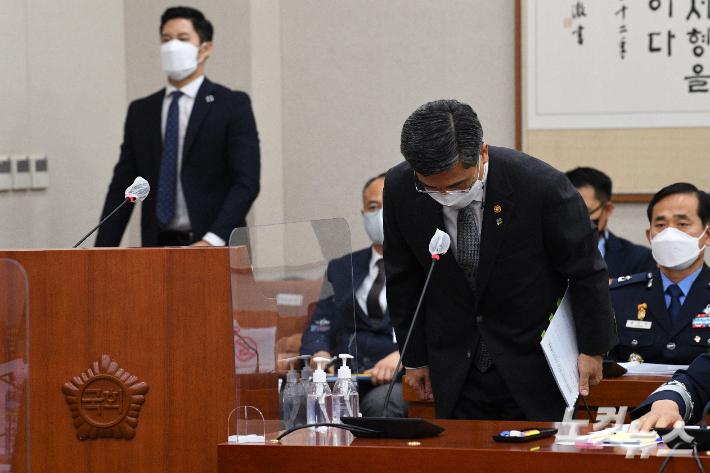 서욱 국방부 장관이 지난달 10일 국회에서 열린 법제사법위원회의 공군 부사관 성추행 사건 관련 긴급현안질의에 출석해 인사하는 모습. 윤창원 기자