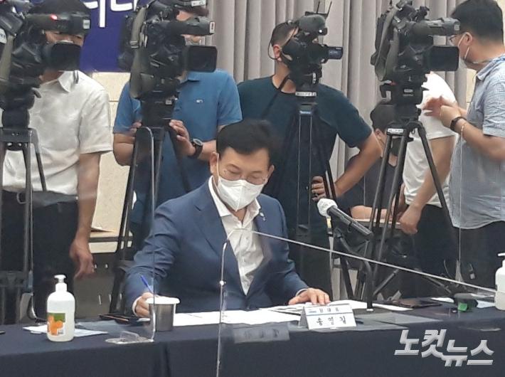 더불어민주당 송영길 대표가 8일 전북에서 열린 전라북도 예산정책협의회에서 송하진 도지사의 발언을 듣고 있다. 최명국 기자