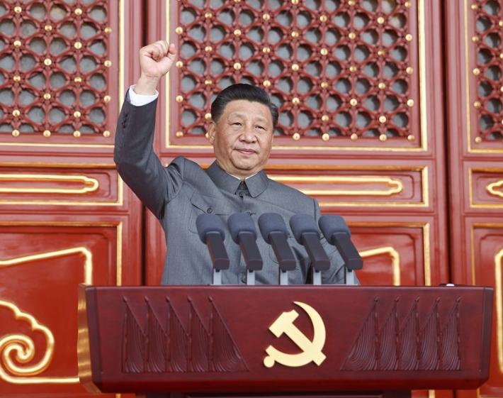 지난 1일 톈안먼 광장에서 열린 공산당 창립 100주년 기념식에서 시진핑 중국 국가주석이 '대만 통일'을 이야기하며 주먹을 불끈 쥔 모습. 연합뉴스
