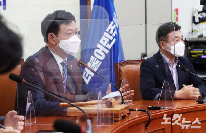 """與, 재난지원금 '전국민 지급'으로 선회…""""80% 선별 기준 모호"""""""