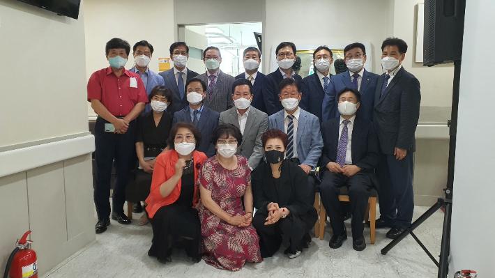 지난 19일, 한세병원 개원 감사예배에 참석한 내빈들이 기념촬영을 하고 있다.
