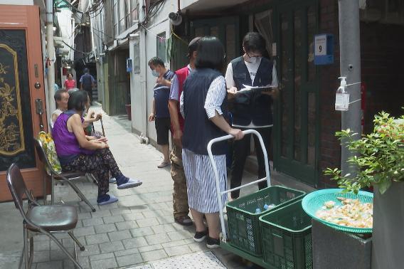 돈의동 쪽방촌 주민들에게 시원한 생수를 배달 중인 돈의동 쪽방상담소 직원들.