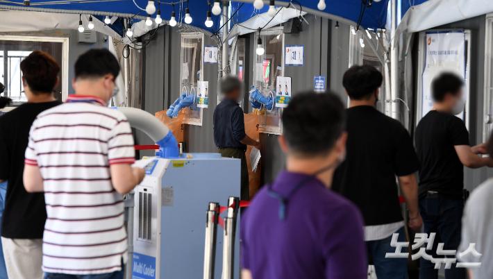 코로나19 선별검사소에서 시민들이 검사를 받고 있다. 황진환 기자