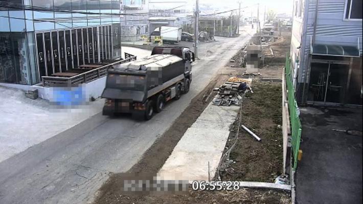 사업장폐기물을 농지에 불법 매립하기 위해 운반하는 모습. 부산경찰청 제공
