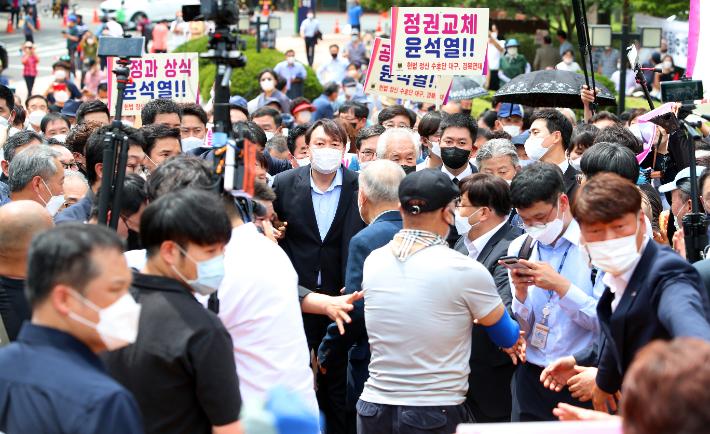 윤석열 전 검찰총장이 지난 20일 대구 달서구 2.28 민주의거 기념탑을 찾아 참배하고 있다. 연합뉴스