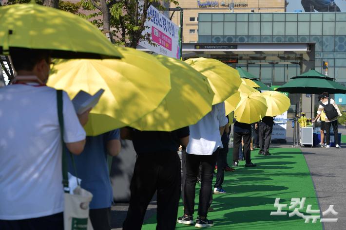 코로나19 확진자가 1842명으로 최다기록을 경신한 22일 서울 서초구 고속터미널역 선별검사소에서 시민들이 검사를 받기 위해 줄을 서 있다. 이날 집계에는 집단감염이 발생한 청해부대 34진 장병 확진자 수가 일괄 포함됐다. 국내 발생 확진자만 따져보면 전날보다 200명가량 줄었다. 박종민 기자