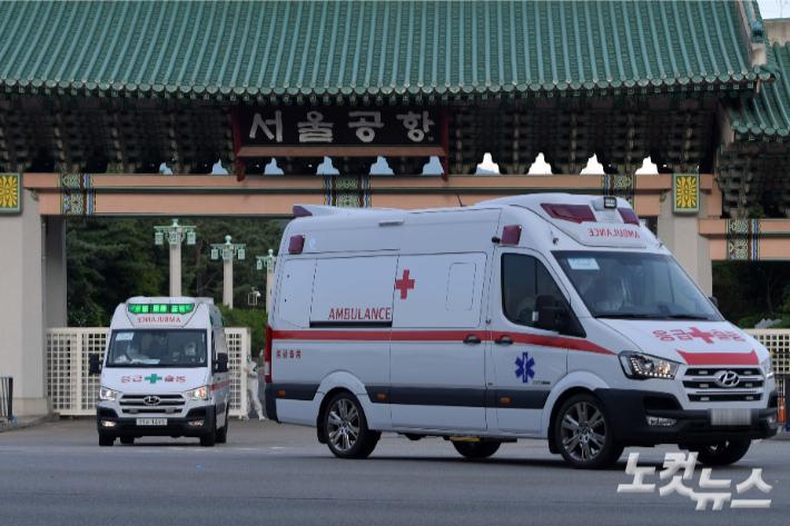 해외파병 임무 수행 중 신종 코로나바이러스 감염증(코로나19) 확진자가 발생한 청해부대 장병들을 태운 구급차량이 지난 20일 오후 경기 성남 서울공항을 빠져나오고 있다. 박종민 기자