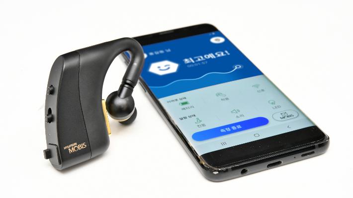 현대모비스가 개발한 엠브레인의 이어셋과 스마트폰 앱. 귀 주변의 뇌파를 인지해 운전자의 상태를 알려주고, 저감기술이 작동해 사고를 예방한다. 현대모비스 제공