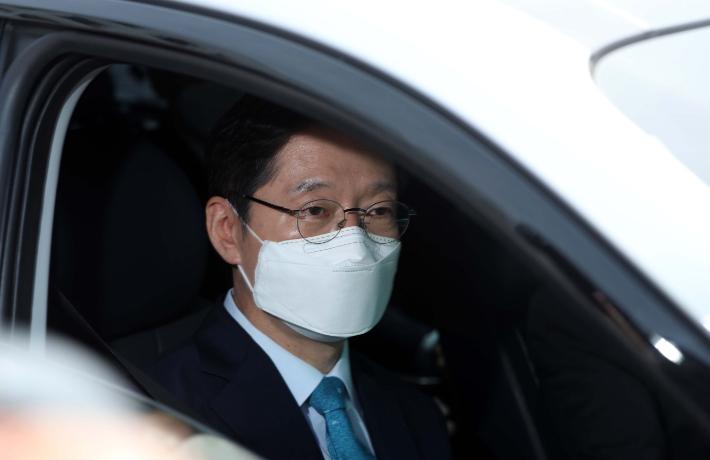 도청 나서는 김경수 지사. 연합뉴스
