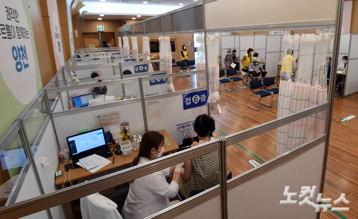 서울 양천구 예방접종 센터에서 시민들이 백신 접종을 하고 있다. 황진환 기자