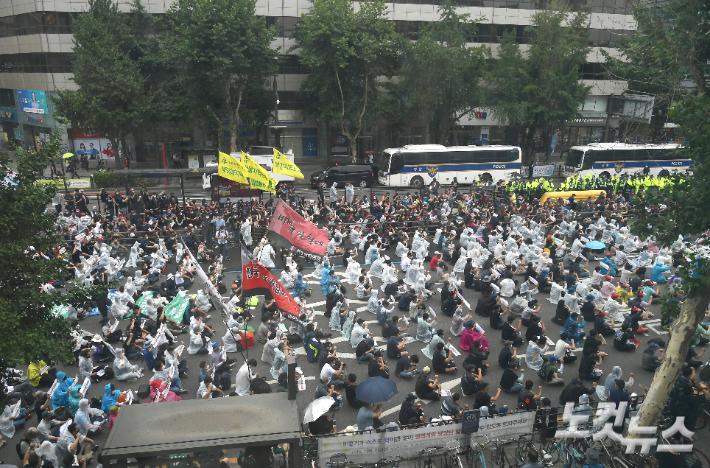 지난 3일 서울 종로3가에서 민주노총 조합원들이 노동법 전면 개정 등을 요구하며 도로를 점거한 채 전국노동자대회를 연 모습. 이한형 기자