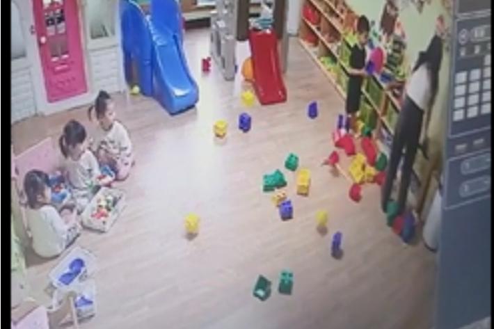 어린이집 교사가 서랍장에 있는 장난감을 아이들이 있는 쪽으로 던지고 있다. 어린이집 CCTV 캡처