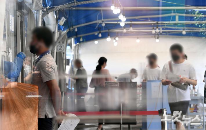 선별검사소에서 시민들이 검사를 받고 있다. 황진환 기자