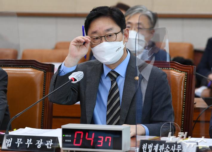 박범계 법무부 장관이 의원들의 질의를 듣고 있다. 윤창원 기자