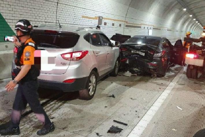 지난해 8월 부산 윤산터널에서 3중 추돌사고가 발생해 운전자 등 5명이 부상을 입었다.부산경찰청 제공