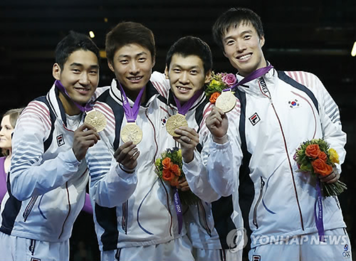 Kim Jeong-hwan (from left), Oh Eun-seok, Koo Bon-gil, and Won Woo-young collaborated to win the first gold medal in the team event in Korean fencing history at the 2012 London Olympics.  yunhap news