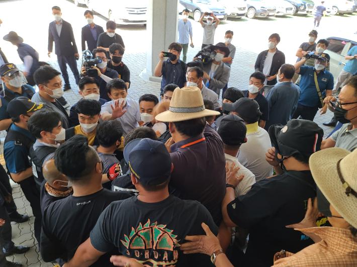 제주 제2공항 '정석비행장' 토론회 무산…성산주민 반발