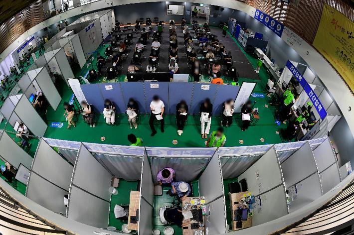접종센터에서 접종이 이뤄지고 있다. 황진환 기자