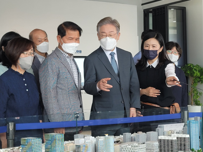 더불어민주당 대권주자인 이재명 경기도지사가 31일 부산 북항재개발 사업 설명을 듣고 있다. 박중석 기자