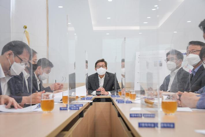 """""""공식 절차 생략했다"""" 박형준 시장 부산도서관 집무실 놓고 '논란'"""