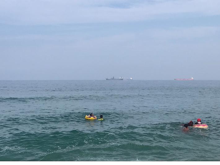 동해 한섬해변서 너울성 파도에 표류하던 20대 여성 2명 구조