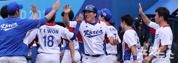Tokyo Olympic Baseball Knockout Stage 2nd Round Match entre Corea e Israel en el estadio de Yokohama en Japón el 2do.  Kim Hyun-soo de Corea, quien ganó el juego en un juego frío 11-1 al final de la séptima entrada, está animando.  Fundación de Fotografía Olímpica