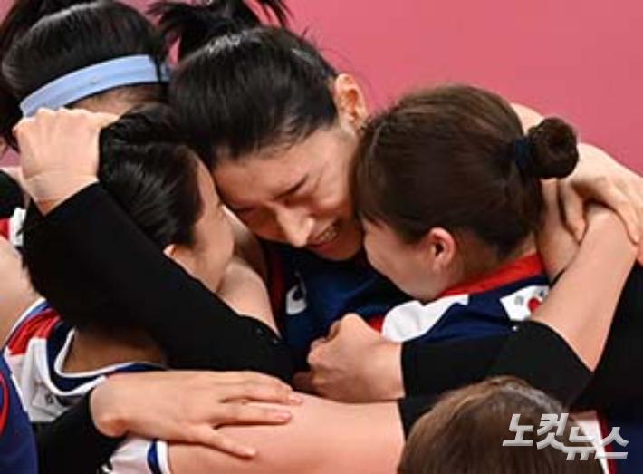 El equipo de voleibol de Corea, Kim Yeon-kyung, vitorea con sus compañeras de equipo después de ganar el partido de cuartos de final de voleibol femenino entre Corea y Turquía en el Ariake Arena de Japón el día 4.  Fundación de Fotografía Olímpica