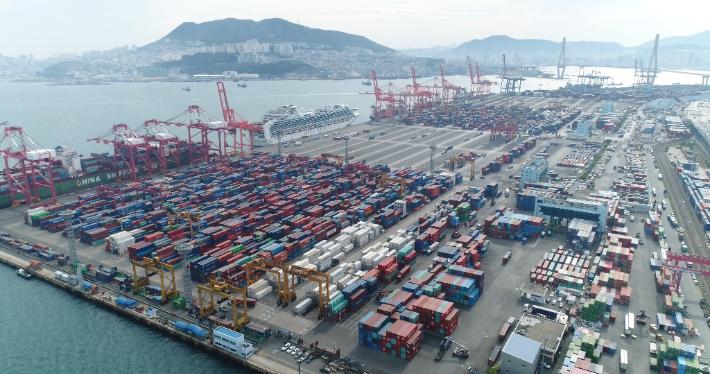 부산항 ITT 물량 운송 컨테이너 하루 5400대…교통·환경 부작용 속출