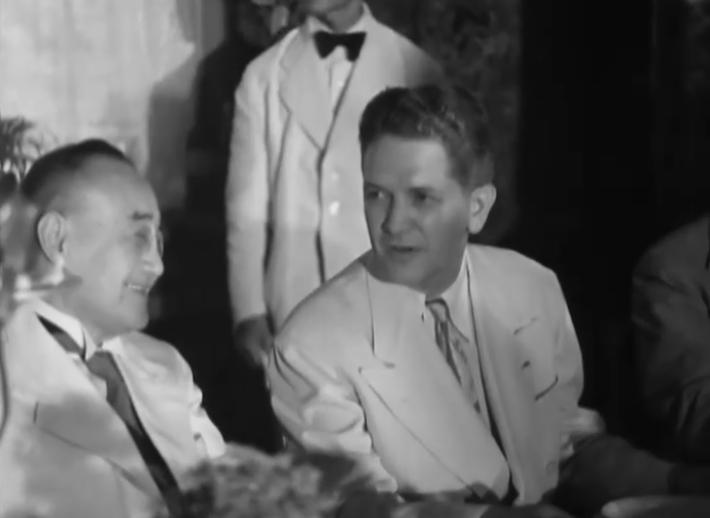 독도는 한국땅이라고 기술된 샌프란시스코평화조약 초안을 180도 바꾸는데 결정적인 역할을 한 더글라스 맥아더 사령관의 정치고문 윌리엄 시볼드(우)가 1951년 3월 9일 도쿄의 한 연찬회장에서 일본 수상 요시다 시게루(좌)와 대화를 나누고 있다. 출처: 미국국립문서보관청