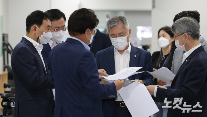 열린민주당 최강욱 대표(왼쪽 네번째). 윤창원 기자