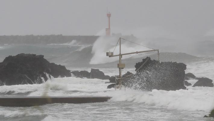 태풍 '찬투'가 제주에 최근접한 17일 오전 서귀포시 보목동 앞바다에 강한 파도가 몰아치고 있다.  연합뉴스
