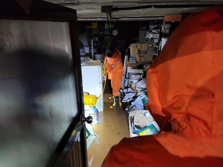 17일 오전 침수 피해를 입은 제주시 삼양동의 한 주택 모습. 제주도소방안전본부 제공