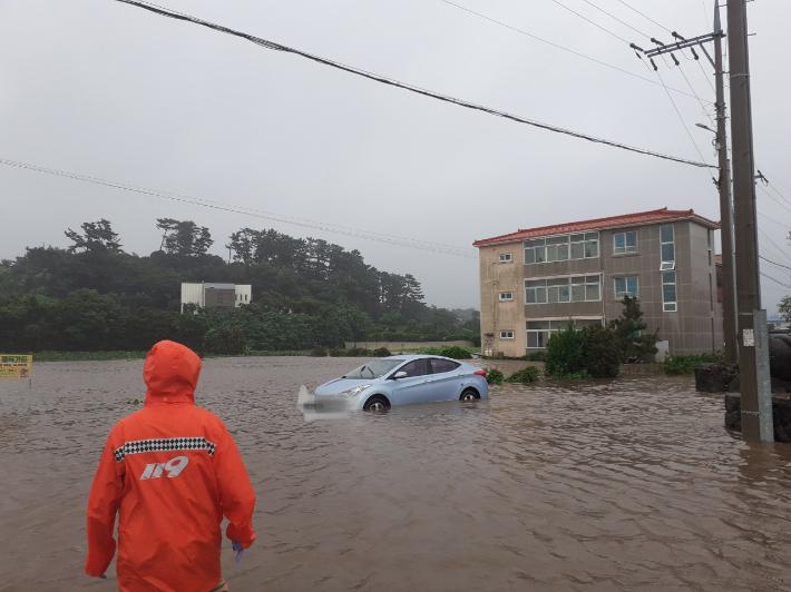 17일 태풍 찬투의 영향으로 제주시 조천읍의 도로가 침수되면서 차량이 고립됐다. 제주도소방안전본부 제공