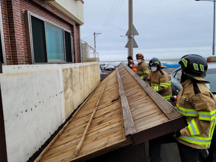 태풍으로 제주시 외도동 한 건물 외벽이 떨어져 나갔다. 제주도소방안전본부 제공