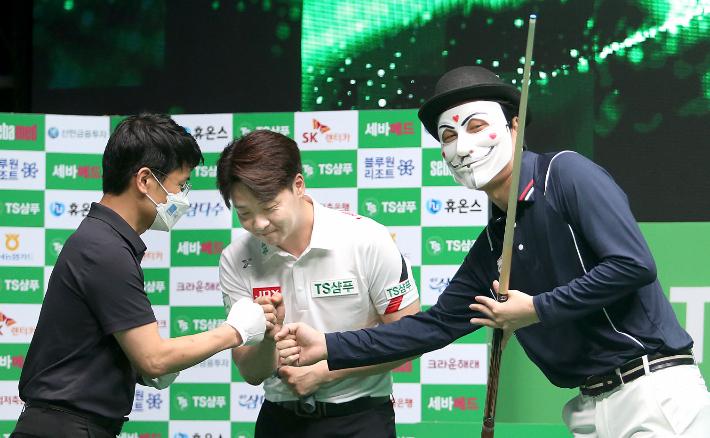 당구 유튜버 해커(왼쪽부터)가 21일 TS샴푸 PBA 챔피언십 8강전에서 승리한 뒤 김남수, 심판과 인사하고 있다. PBA